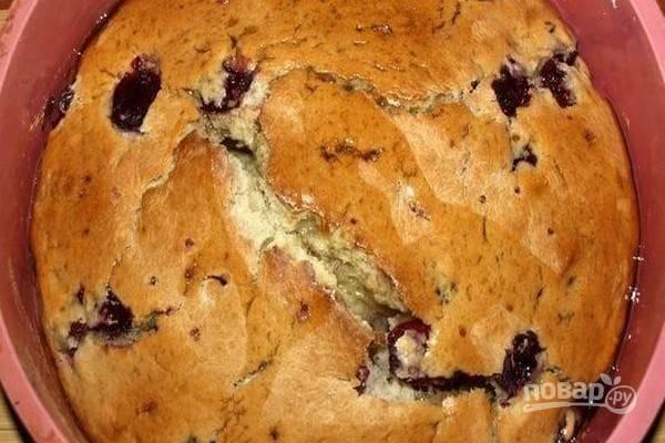 Готовый горячий пирог полейте подогретым кленовым сиропом и оставьте на время, чтобы пирог пропитался сиропом.