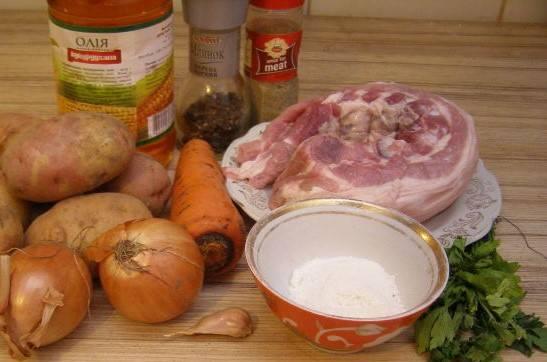 1. Перед тем, как приготовить картошку по домашнему со свининой, необходимо помыть мясо (ребрышки). Нарежьте (нарубите) кусками среднего размера.