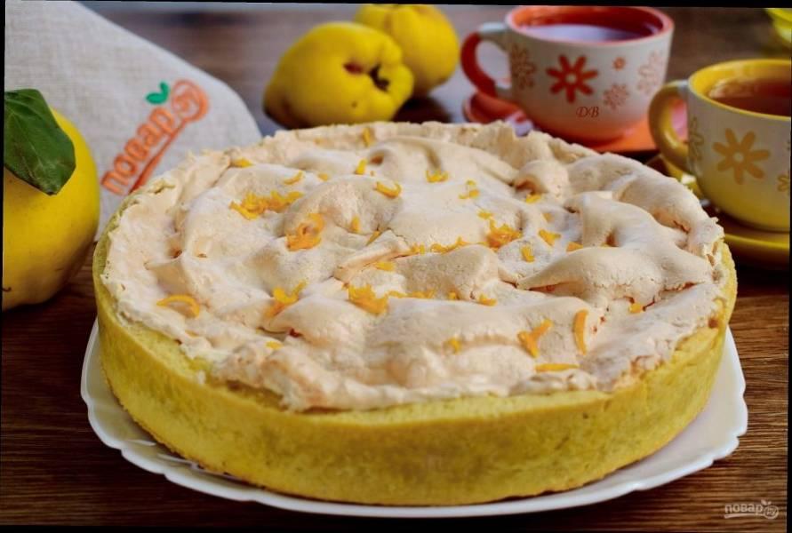 Верните пирог в духовку. Выпекайте до появления золотистой корочки в течение 30 минут. Немного остудите в форме и...