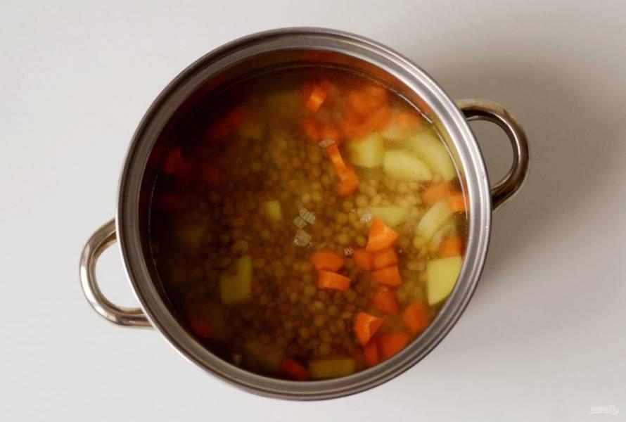 Добавьте чечевицу и варите суп еще 15-20 минут.