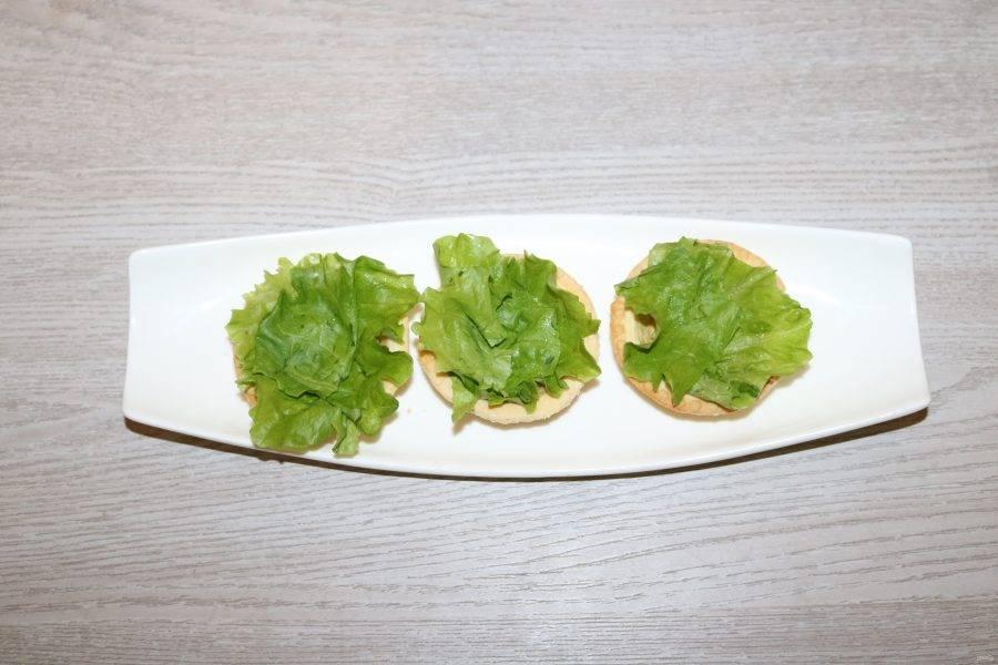 Тарталетки выложите листиками салата, так тарталетки не размокнут и их можно начинить заранее.