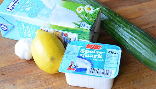 Пока готовится картошка, можно к ней приготовить соус на основе обезжиренного творога. Вегетарианцы и строгие блюстители поста, можете этот соус не готовить.