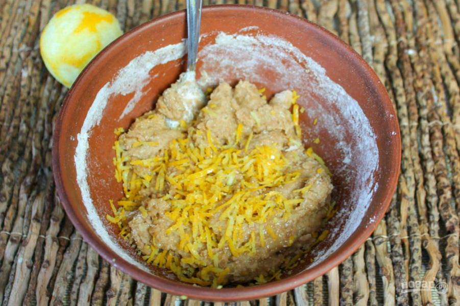 В тесто добавляем цедру одного лимона.