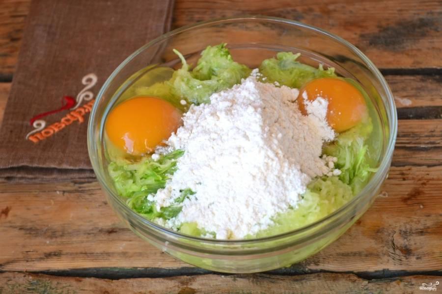Смешайте натертый кабачок с яйцами и мукой. Добавьте соль, хорошенько размешайте.