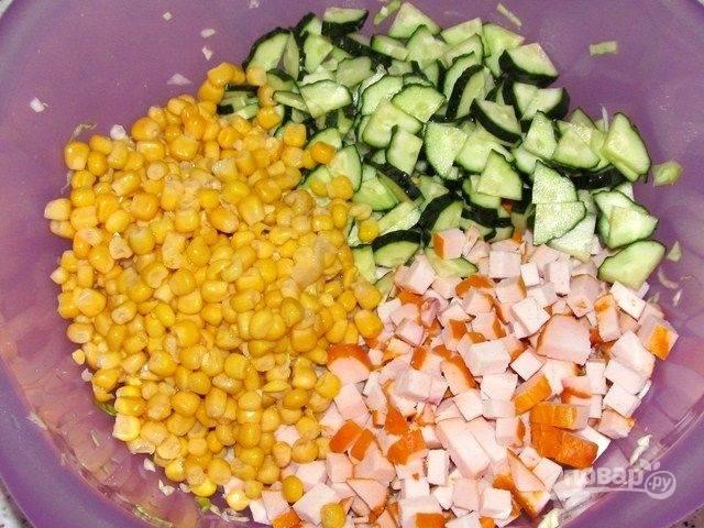 4. Добавляем консервированную кукурузу и зелень по вкусу.