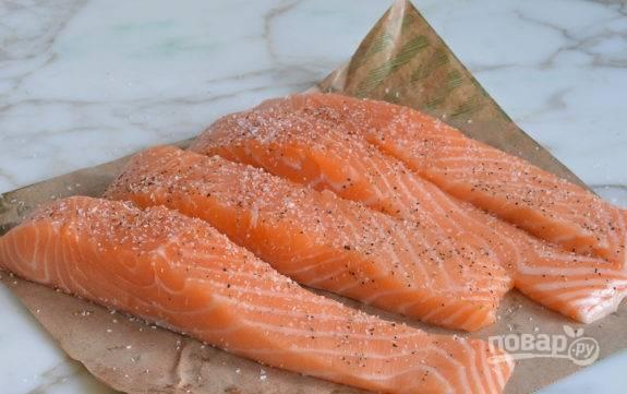 1. Филе смажьте солью и перцем со всех сторон.