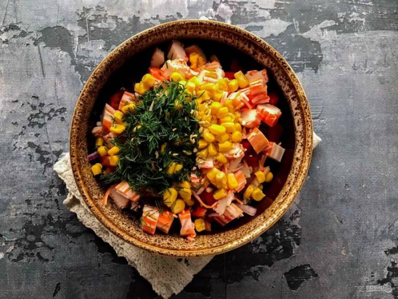 Заправьте салат маслом, добавьте мелко нарезанную зелень, щепотку соли и хорошо перемешайте.