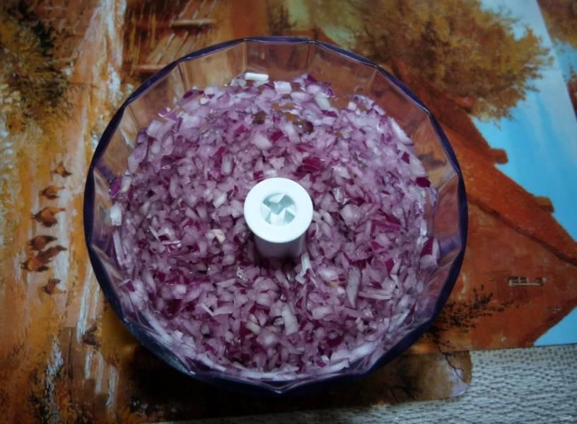 5.Для начинки: большой красный лук чищу и ополаскиваю водой, измельчаю мелко в блендере, можно и ножом.