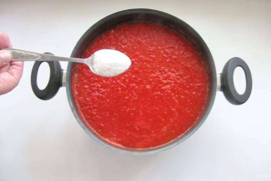 Добавьте в кастрюлю соль и перемешайте.