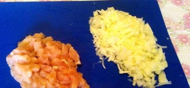 Мелко режем лук, курицу тоже соломкой.