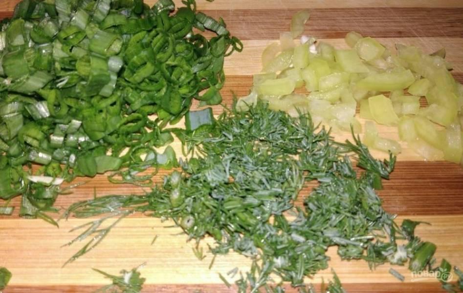 4. Мелко нарезаем зелень и болгарский перец. Зелень берите любую по вашему вкусу.