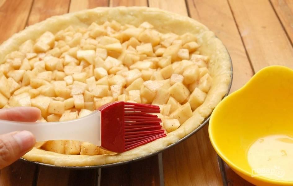 10.Взбейте в миске яйцо, обмажьте им с помощью кисочки края пирога.