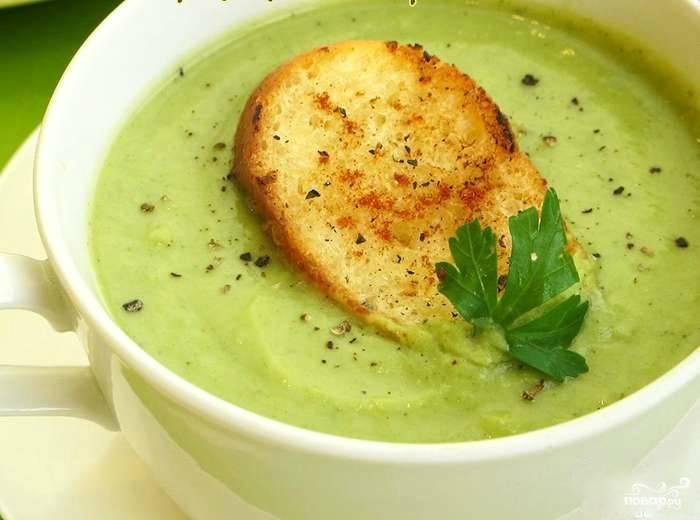 Горячий супчик разливаем по глубоким супницам. Украшаем гренками и свежей зеленью. Приятного аппетита!