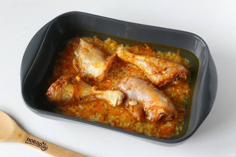 Залейте все водой или любым горячим бульоном. Запекайте в духовке накрыв фольгой при температуре 180 градусов около 40 минут. За несколько минут можно фольгу убрать и дать курице подрумяниться.