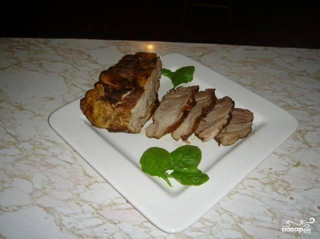Подавайте мясо горячим или холодным. По вкусу оно будет напоминать буженину. Вы можете использовать его вместо колбасы для бутербродов или же просто в качестве нарезки к праздничному столу.