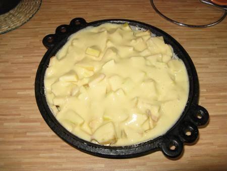 7. Сверху вылить тесто и отправить форму в предварительно разогретую духовку на 40-45 минут.