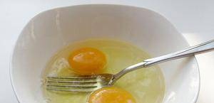 Яйца взбиваем с солью и жарим на другой сковороде омлет.