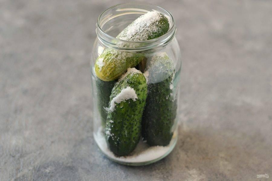 Сверху насыпьте соль.