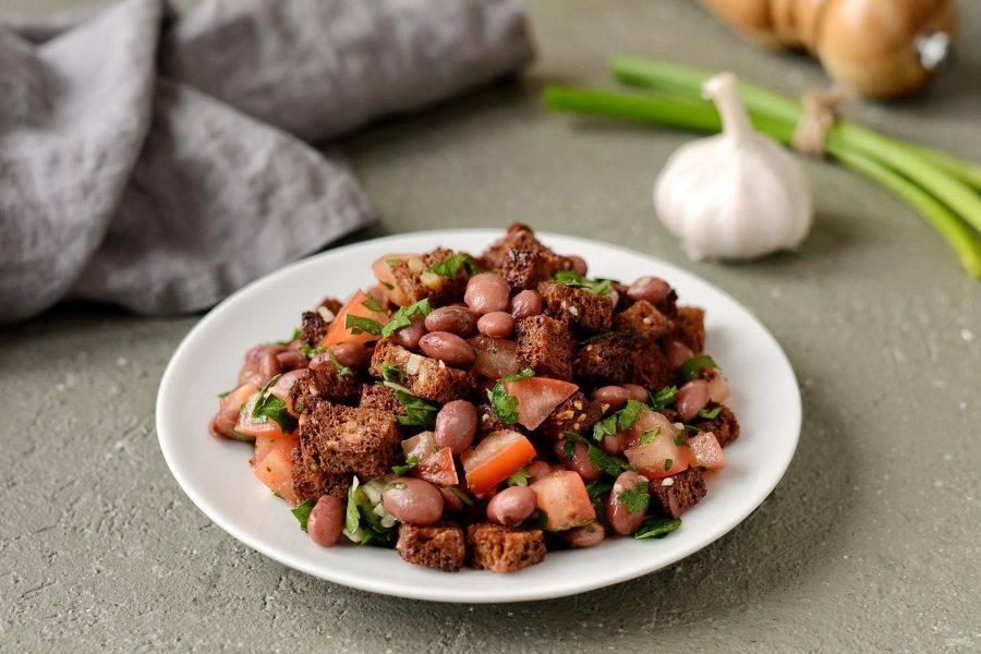 Салат с фасолью и кинзой готов, приятного аппетита!