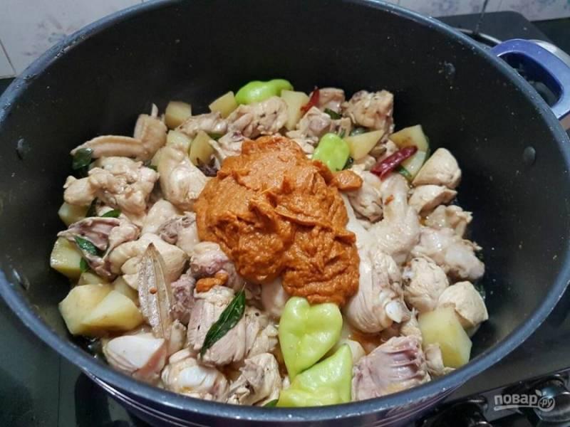 5. Добавьте пюрированный соус к мясу и перемешайте.