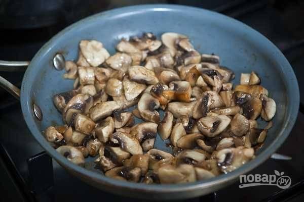 Затем обжарьте их в масле, пока не испарится вода, а корочка не станет золотистой.