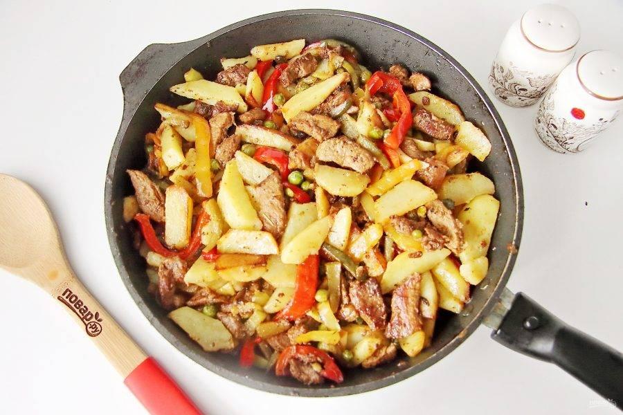 Обжарьте все вместе в течение 5-7 минут, добавьте картофель, соль по вкусу, аккуратно перемешайте и потомите мясо с овощами еще 5 минут.