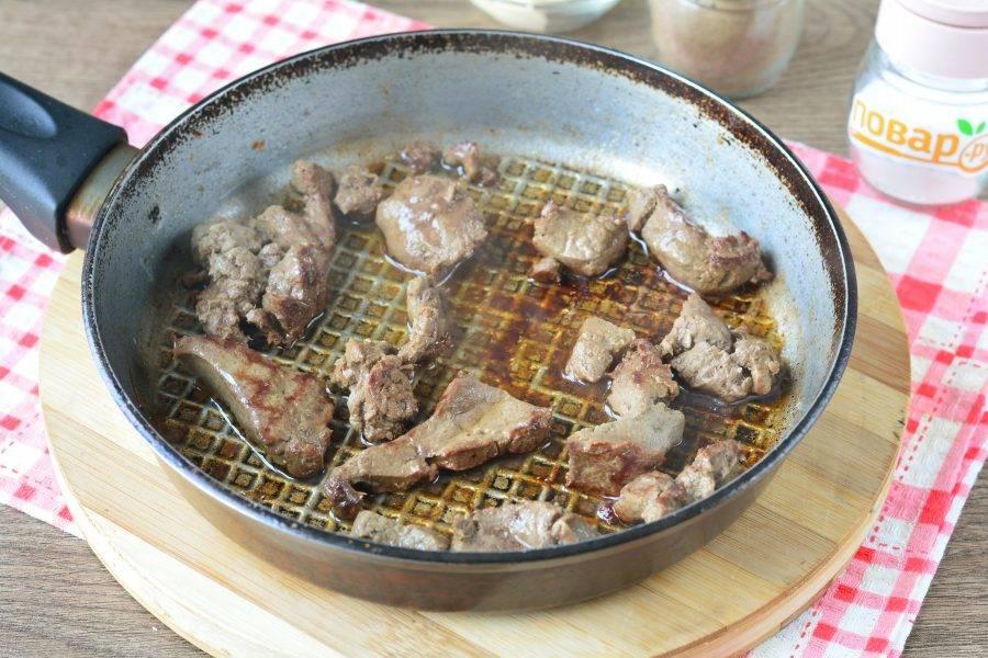 Разогрейте немного растительного масла в сковороде, выложите печень и обжаривайте 5-6 минут. Добавьте соль и черный перец по вкусу.