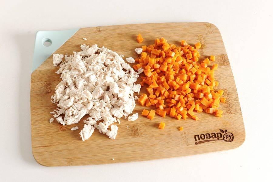 Готовую грудку и морковь нарежьте примерно такими же кубиками.