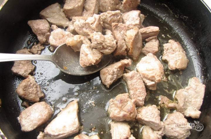 Разогреваем в сковороде сливочное масло. Обжариваем в нём мясо до золотистой корочки.