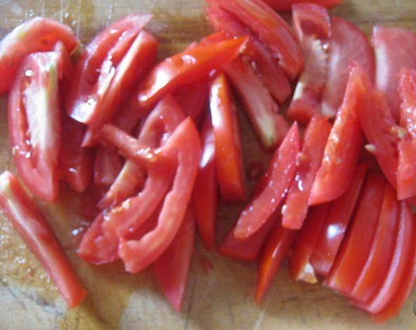 2. Затем приступаю к овощам и остальным ингредиентам. С мясом хорошо будет сочетаться помидор, поэтому я измельчаю его соломкой и откладываю на тарелке дожидаться своей очереди.