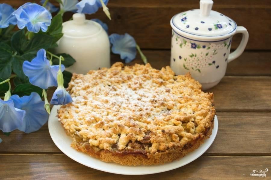 7. Разогрейте духовку до 200 градусов. Запекайте пирог в духовке около 20 минут. Румяный пирог извлекаем из духовки. Остужаем его. Посыпаем сахарной пудрой и подаем к столу.