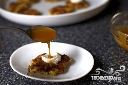 5. Подавать оладьи теплыми с йогуртом, сметаной или карамельным соусом.