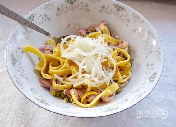 6. Добавьте в салатник нарезанный омлет и лук, предварительно отжав маринад. Аккуратно перемешайте, заправьте по вкусу майонезом.