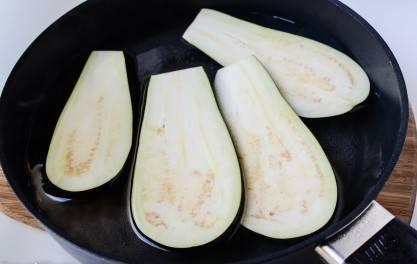 В кипящую воду опустить ломтики баклажана на 1 минуту.