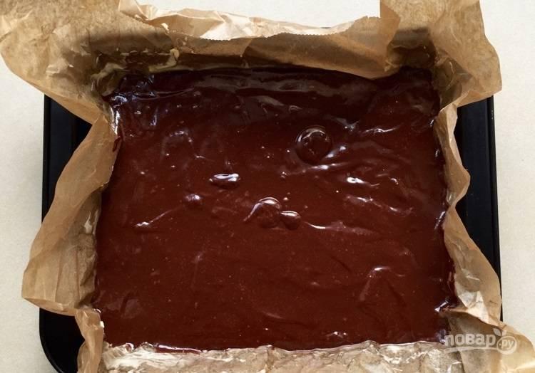 6.Застелите форму для выпечки пергаментом и вылейте в нее тесто.