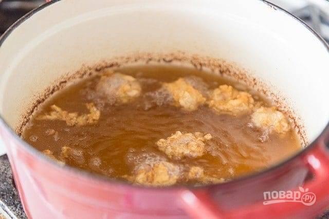 5. Разогрейте фритюр с маслом или кастрюлю. Обжарьте в нём кальмаров в течение 3-х минут.