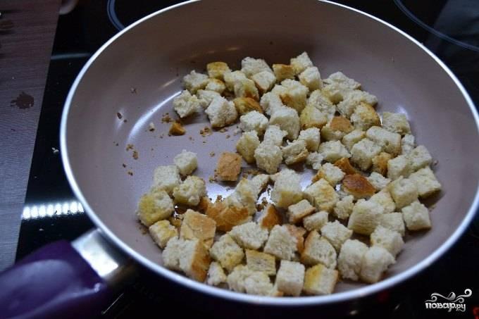 Рекомендую подавать готовый сырный суп для детей с сухариками из белого хлеба. Для этого порежьте белый хлеб кубиками, обжарьте до хрустящего состояния в небольшом количестве масла.
