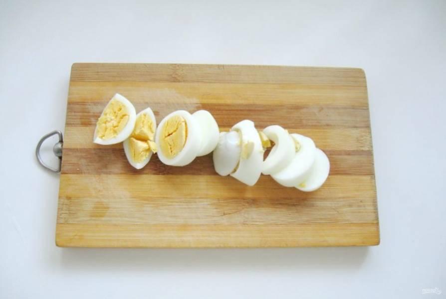 Яйца сварите вкрутую, охладите и очистите от скорлупы. Нарежьте произвольно.