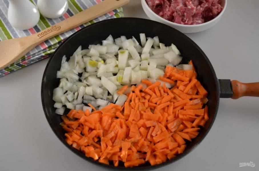 Лука и моркови понадобится много, у меня очень крупные корнеплоды, поэтому хватило по 1 шт. Порежьте не очень крупно овощи, обжарьте их до готовности на двух столовых ложках масла со щепоткой соли.