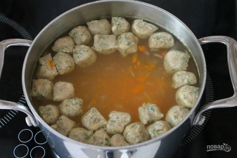 Клецки опускаем в кипящий суп. Варим до готовности.