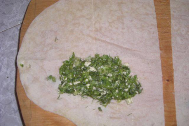 Лаваш разрезаем на равные части и выкладываем на каждую часть начинку.