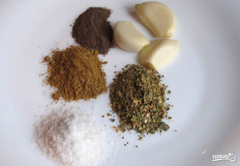 Очищаем чеснок. Подготовим специи: кориандр, зиру и перец.