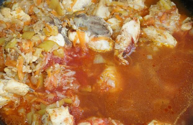 Вливаем томатный сок и воду. Тушим блюдо на медленном огне под крышкой примерно 20 минут. Рис должен впитать всю жидкость и полностью приготовиться.