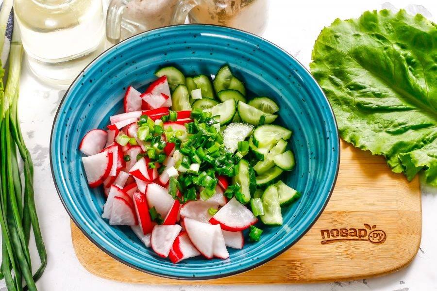 Промойте стебли зеленого лука, измельчите и добавьте к овощным нарезкам.
