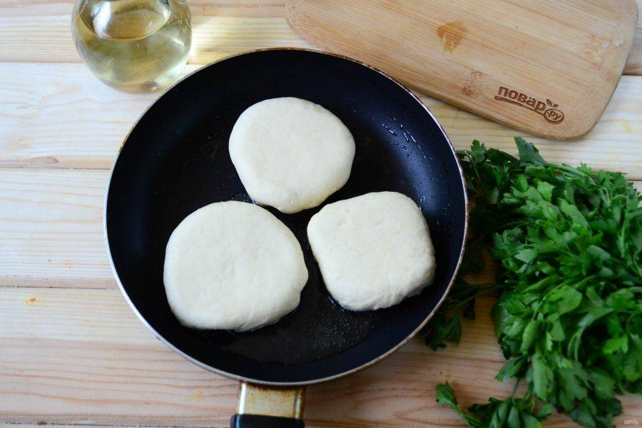 На сковороде разогрейте растительное масло, когда оно начнет немного потрескивать, значит можно начинать жарить. Положите беляши отверстием вниз и жарьте на среднем огне по несколько минут до образования золотистого цвета.