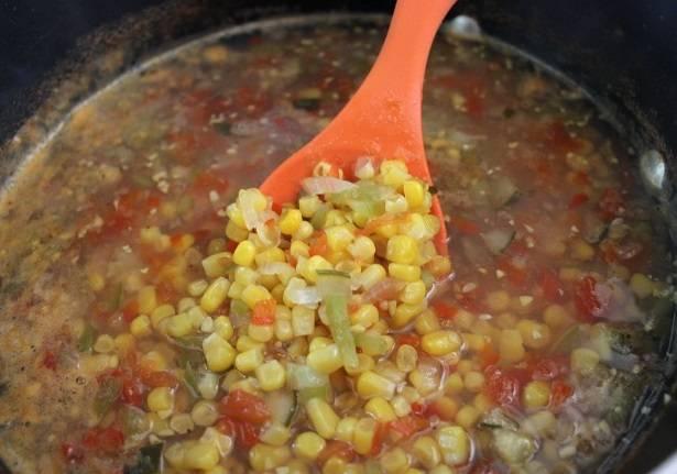 2. Все приготовленные овощи и жидкость вылейте в большую кастрюлю и поставьте на огонь. В отдельной миске хорошенько смешайте уксус, сахар, соль, семена горчицы и сельдерея. Добавьте в кастрюлю, перемешайте и доведите до кипения.