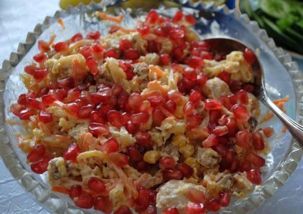 Соединяем ингредиенты: обжаренный лук, морковь по-корейски, куриное филе, гранат, сухарики и тертый сыр. Заправляем салат майонезом, тщательно все перемешав. Приятного аппетита!