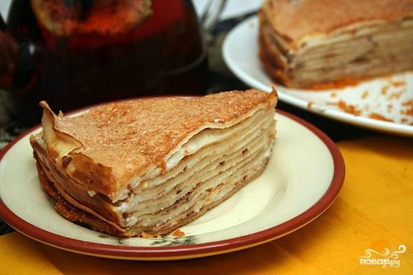 """Теперь осталось лишь смазать блинчики жидким мёдом и сложить их в торт, слегка прижимая каждый новый слой. Можно использовать перетёртые ягоды или измельчённые орехи, присыпая ими """"коржи"""". Сверху торт посыпьте сахарной пудрой. Перед подачей поставьте его на 10 минут в холодильник."""