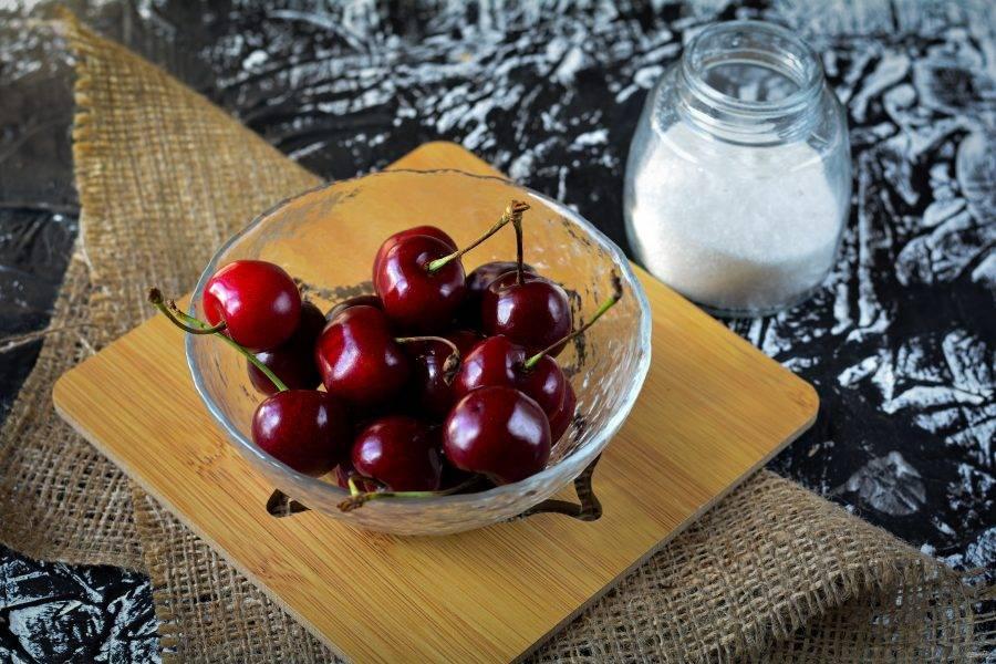Подготовьте ингредиенты для приготовления компота из черешни на зиму со стерилизацией.