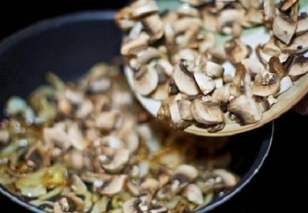 2. Тем временем можно заняться грибами. Их следует хорошо вымыть и нарезать тонкими пластинками. Когда лук поджарится, отправить на сковороду грибы и жарить на среднем огне.